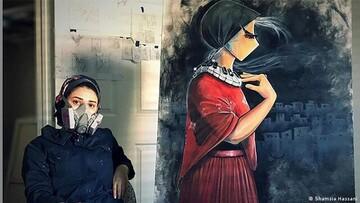 زن افغان که دغدغه های مردمش را بر دیوارها نقاشی می کند